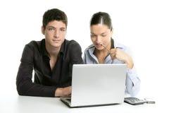 De jonge samenwerking van het paargroepswerk met laptop Stock Foto's