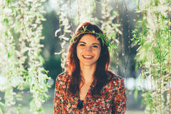 De jonge schitterende kroon van vrouwen wioth takken Royalty-vrije Stock Foto