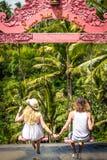 De jonge schommeling van het wittebroodswekenpaar in de wildernis dichtbij het meer, het eiland van Bali, Indonesië stock foto's