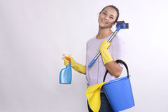 De jonge schoonmakende producten van de huisvrouwenholding Royalty-vrije Stock Foto