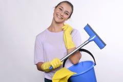 De jonge schoonmakende producten van de huisvrouwenholding Stock Afbeelding