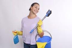 De jonge schoonmakende producten van de huisvrouwenholding Royalty-vrije Stock Fotografie
