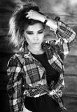 De jonge sensuele & schoonheids donkerbruine vrouw stelt op houten achtergrond Zwart-witte foto Stock Foto's