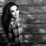 De jonge sensuele & schoonheids donkerbruine vrouw stelt op houten achtergrond Zwart-witte foto Stock Afbeeldingen