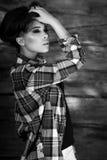 De jonge sensuele & schoonheids donkerbruine vrouw stelt op houten achtergrond Zwart-witte foto Royalty-vrije Stock Foto's