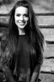 De jonge sensuele & schoonheids donkerbruine vrouw stelt op houten achtergrond Zwart-witte foto Royalty-vrije Stock Foto