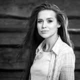 De jonge sensuele & schoonheids donkerbruine vrouw stelt op houten achtergrond Zwart-witte foto Royalty-vrije Stock Fotografie