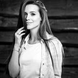 De jonge sensuele & schoonheids donkerbruine vrouw stelt op houten achtergrond Zwart-witte foto Stock Afbeelding