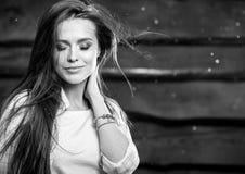 De jonge sensuele & schoonheids donkerbruine vrouw stelt op houten achtergrond Zwart-witte foto Royalty-vrije Stock Afbeeldingen