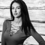 De jonge sensuele & schoonheids donkerbruine vrouw stelt tegen houten achtergrond Zwart-witte foto Stock Afbeeldingen