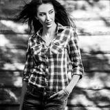 De jonge sensuele & schoonheids donkerbruine vrouw stelt tegen houten achtergrond Zwart-witte foto Royalty-vrije Stock Afbeelding