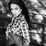 De jonge sensuele & schoonheids donkerbruine vrouw stelt tegen houten achtergrond Zwart-witte foto Royalty-vrije Stock Afbeeldingen