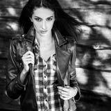 De jonge sensuele & schoonheids donkerbruine vrouw stelt tegen houten achtergrond Zwart-witte foto Royalty-vrije Stock Fotografie