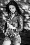 De jonge sensuele & schoonheids donkerbruine vrouw stelt tegen houten achtergrond Zwart-witte foto Royalty-vrije Stock Foto
