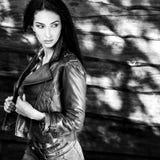De jonge sensuele & schoonheids donkerbruine vrouw stelt tegen houten achtergrond Zwart-witte foto Stock Foto's
