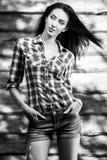 De jonge sensuele & schoonheids donkerbruine vrouw stelt tegen houten achtergrond Zwart-witte foto Royalty-vrije Stock Foto's