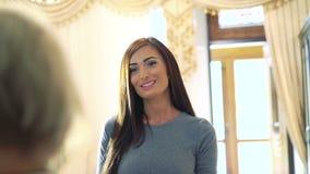 De jonge sexy bedrijfsvrouw gaat in schoonheidssalon Zij kijkt tevreden stock footage