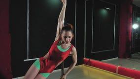 De jonge slanke sexy vrouw van de pooldans fhd stock videobeelden
