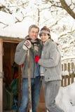 De jonge Sneeuw van de Opheldering van het Paar van Weg royalty-vrije stock foto