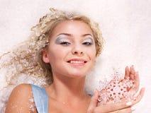 De jonge sneeuwvlok van de vrouwenholding. Royalty-vrije Stock Foto's