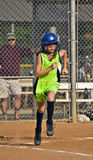 De jonge Speler die van het Softball van het Meisje aan Eerste Basis loopt Stock Afbeeldingen