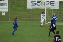 De jonge spelers spelen voetbal royalty-vrije stock foto