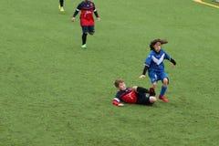 De jonge spelers spelen voetbal stock foto