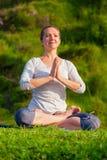 De jonge sportieve geschikte vrouw die yoga Lotus doen stelt oudoors Royalty-vrije Stock Foto
