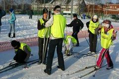 De jonge sportmannen treffen voor begin voorbereidingen Stock Fotografie