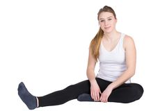 De jonge sportvrouw zit op de vloer royalty-vrije stock afbeelding