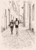 De jonge stadslui die in de oude stad lopen Stock Afbeeldingen