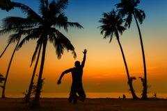 De jonge sterke mens geniet van vakantie op een tropisch eiland royalty-vrije stock fotografie
