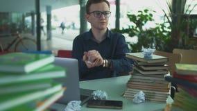 De jonge student bestudeert in de bibliotheek stock videobeelden