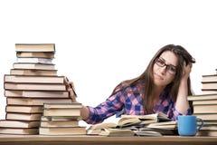 De jonge student die aan de universiteitsexamens voorbereidingen treffen die op wit worden geïsoleerd Stock Afbeeldingen