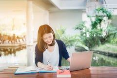 De jonge Studentengroep raadpleegt Schoolomslagen, Laptop Computer stock afbeeldingen
