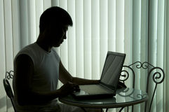 De jonge succesvolle man met de computer stock afbeeldingen