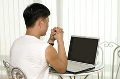 De jonge succesvolle man met de computer royalty-vrije stock foto