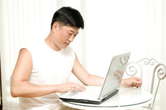 De jonge succesvolle man met de computer. royalty-vrije stock afbeelding