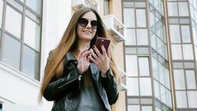 De jonge succesvolle moderne vrouw gebruikt een mobiele telefoon stock footage