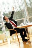 De jonge succesvolle zakenman drinkt koffie royalty-vrije stock afbeeldingen