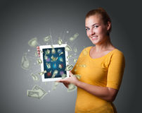De jonge tablet van de vrouwenholding met geld Royalty-vrije Stock Foto