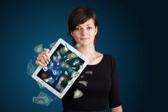 De jonge tablet van de vrouwenholding met geld Royalty-vrije Stock Foto's