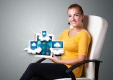 De jonge tablet van de vrouwenholding met moderne apparaten in wolken Royalty-vrije Stock Afbeeldingen