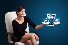 De jonge tablet van de vrouwenholding met moderne apparaten in wolken Stock Afbeeldingen