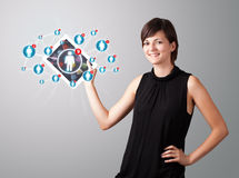 De jonge tablet van de vrouwenholding met sociale netwerkpictogrammen Royalty-vrije Stock Afbeeldingen