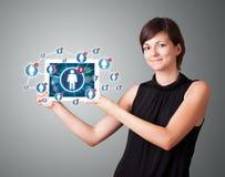 De jonge tablet van de vrouwenholding met sociale netwerkpictogrammen vector illustratie
