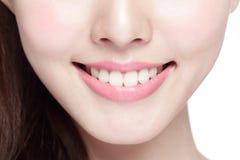 De jonge tanden van de vrouwengezondheid Stock Foto