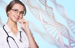 De jonge technoloog van de vrouwenwetenschap in laboratorium royalty-vrije stock foto