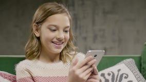De jonge telefoon die van de meisjesholding door videovraag spreken stock videobeelden