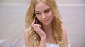 De jonge telefoon van de vrouwen sprekende cel stock videobeelden